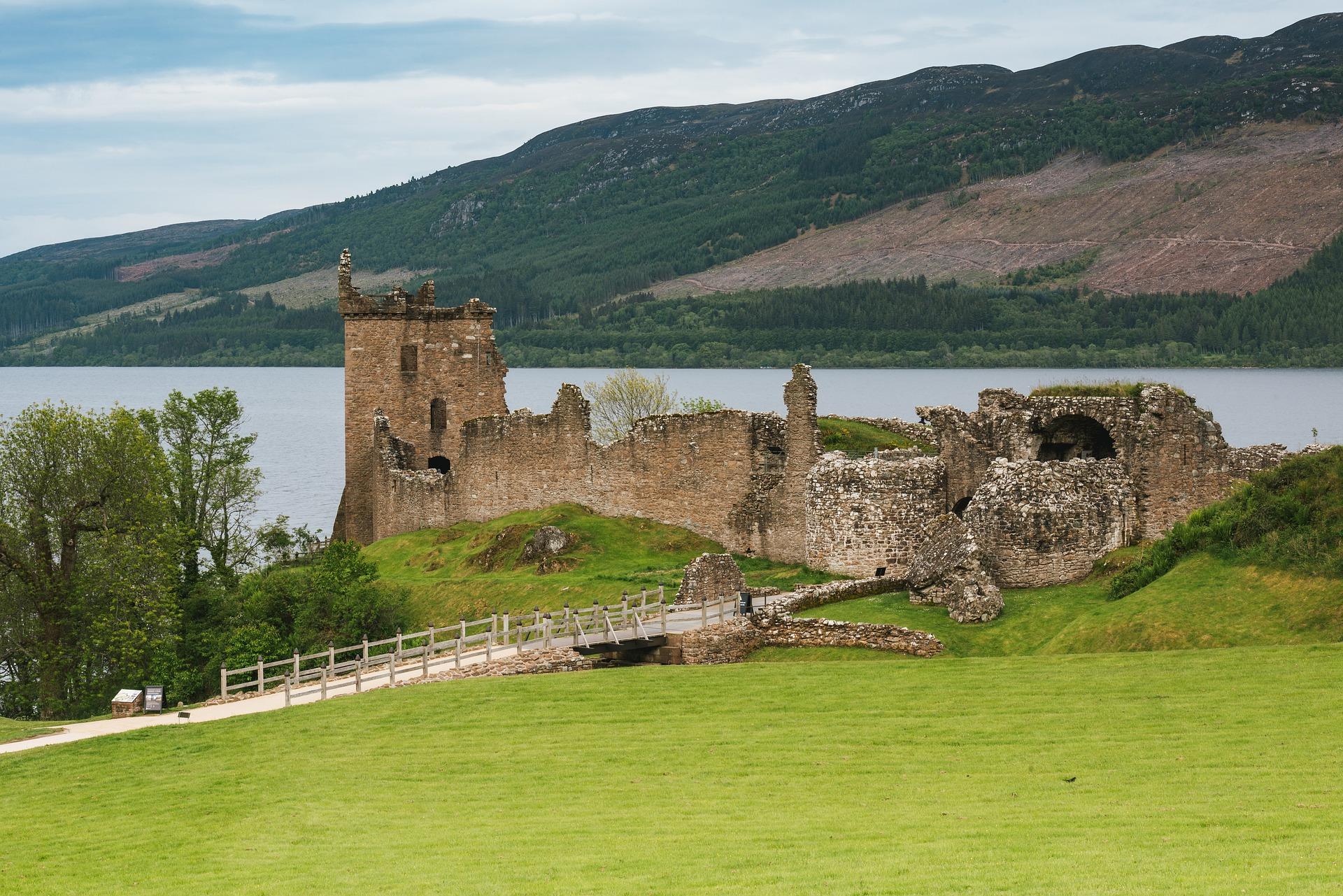 urquhart-castle-4491287_1920.jpg